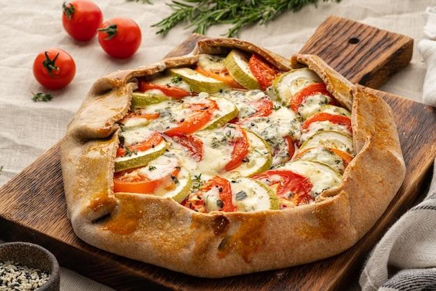野菜と自家製のおいしいガレット、トマトと全粒粉のパイ、ズッキーニ、側面図