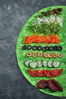 Домашняя шаурма, буррито, рулет из курицы и лосося с овощами и соусом. ингредиенты вид сверху с чистым пространством.