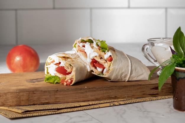 Домашняя шаурма или буррито или куриный рулет с овощами и соусом