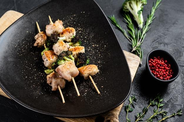 닭 허벅지 고기 수제 시시 케밥. 검정색 배경. 평면도