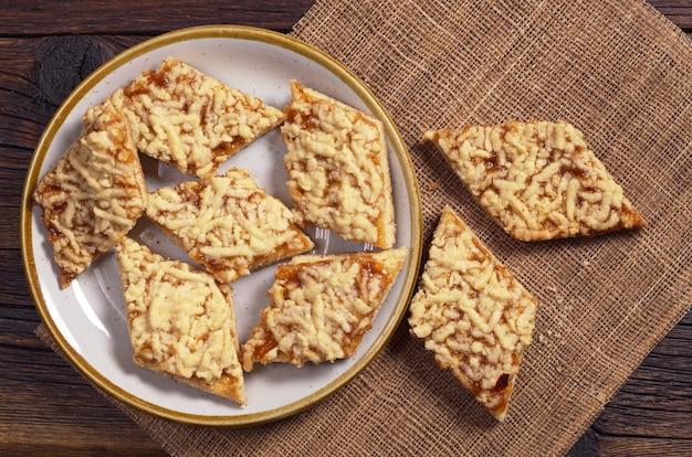 Домашнее песочное печенье с джемом на завтрак на столе, вид сверху