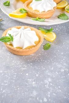 레몬 커드와 휘핑 크림을 곁들인 수제 쇼트 브레드 미니 타르트 케이크