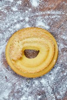 Домашнее бисквитное печенье на деревянной доске.