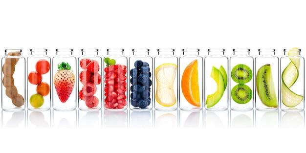 Самодельные скрабы для ухода за кожей и тела с натуральными ингредиентами в стеклянных бутылках изолировать на белом фоне.