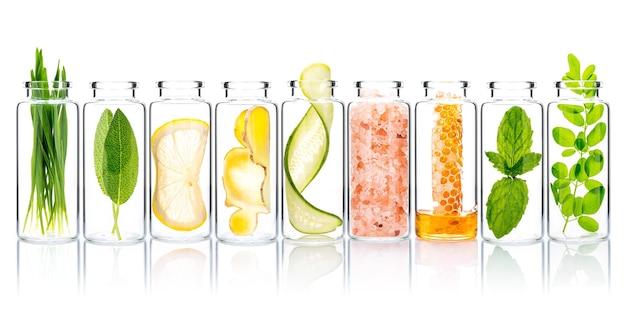 Домашний уход за кожей и скрабы для тела из натуральных ингредиентов в стеклянных бутылках изолят