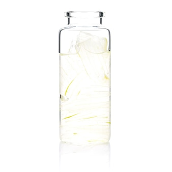 Домашний уход за кожей с гелем алоэ вера в стеклянной бутылке, изолированной на белом.
