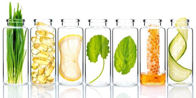 Домашний уход за кожей с натуральными ингредиентами и травами в стеклянных бутылках изолировать на белом.