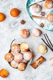 Домашние маленькие шарики творожные пончики в сахарной пудре