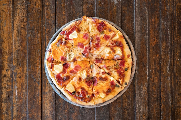 Домашняя копченая гавайская пицца bbq с беконом на деревянном подносе
