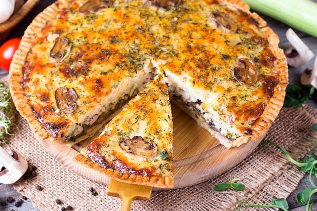 Домашний закусочный пирог с курицей и сыром