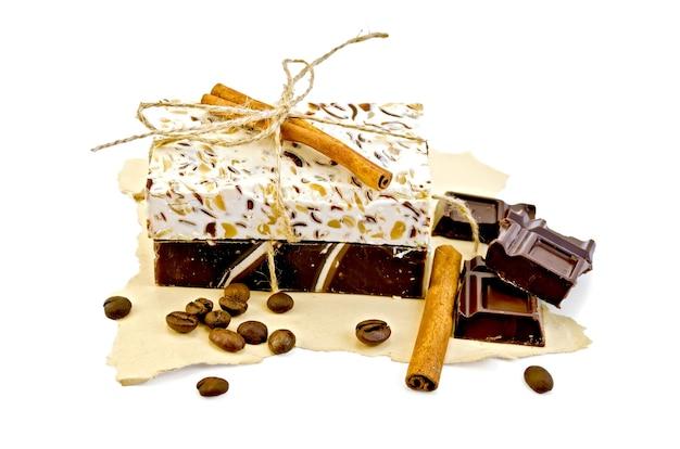 흰색 배경에 격리된 노란색 오래된 종이에 홈메이드 비누 베이지와 갈색, 계피, 초콜릿 바, 커피 콩