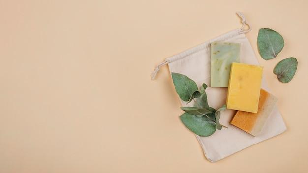 I blocchi di sapone fatti in casa copiano lo spazio