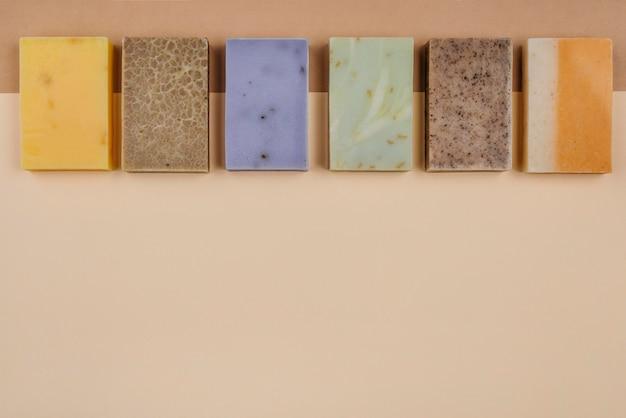 Blocchi di sapone fatti in casa in uno spazio di copia di linea