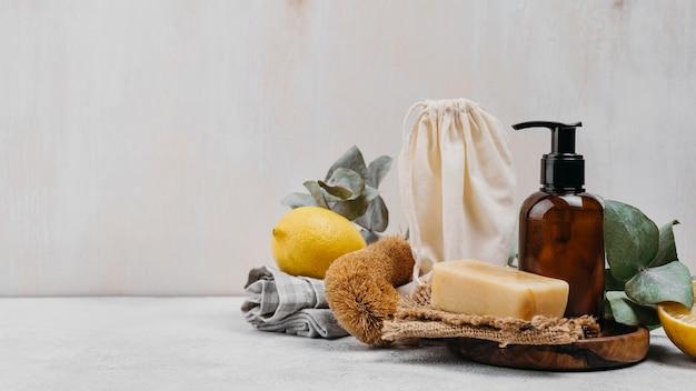 Vista frontale di sapone fatto in casa e olio per il corpo