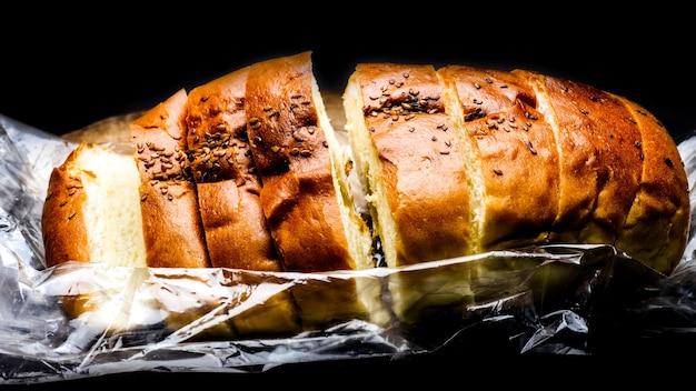 自家製の柔らかいローストパンは暗い背景のビューをクローズアップ