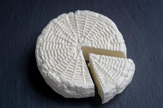 Домашний мягкий белый сыр на черном