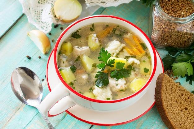 Домашний суп с гречкой и клецками на кухонном столе