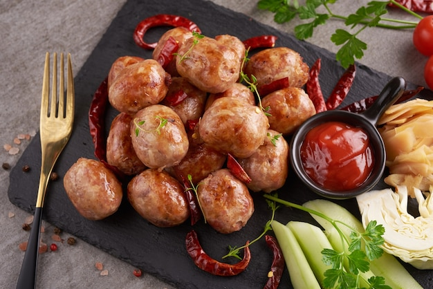 Домашние кислые колбаски с тайскими травами, овощами. домашние колбаски из свинины в кожуре с зеленью и специями. вид сверху.