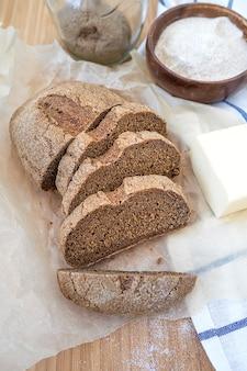 Домашний хлеб на закваске из цельнозерновой муки.