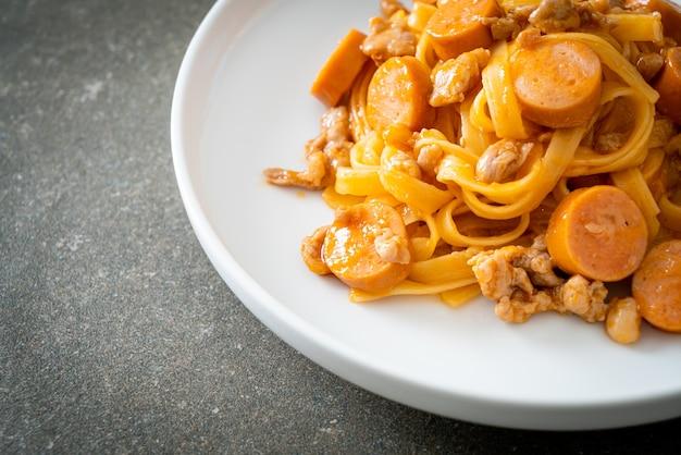 自家製スパゲッティパスタソーセージと豚ひき肉