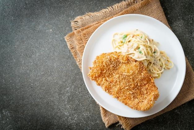 Домашние спагетти паста белый сливочный соус с жареной рыбой