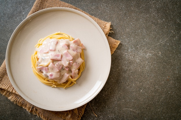 自家製スパゲッティホワイトクリームソースとハム-イタリアンフードスタイル