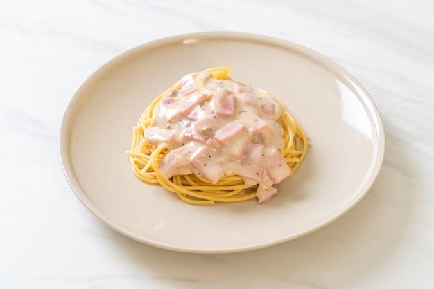 Домашние спагетти с белым сливочным соусом с ветчиной - итальянский стиль еды