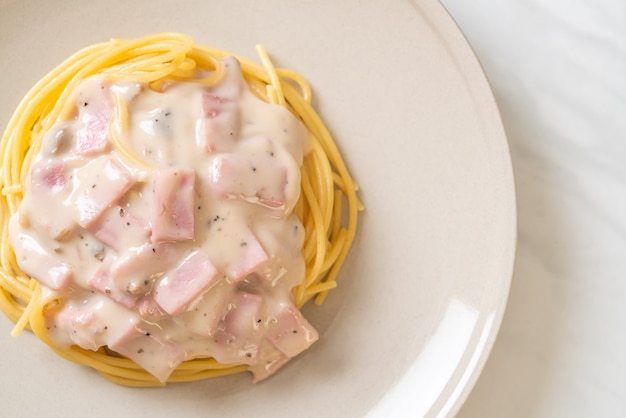 自家製スパゲッティホワイトクリームソースとハム