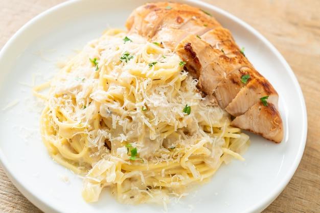 Домашние спагетти в белом сливочном соусе с жареной курицей