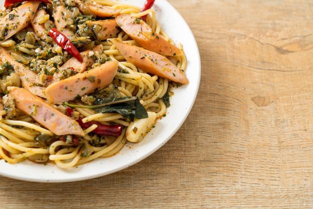 Домашние спагетти с чесноком и колбасой