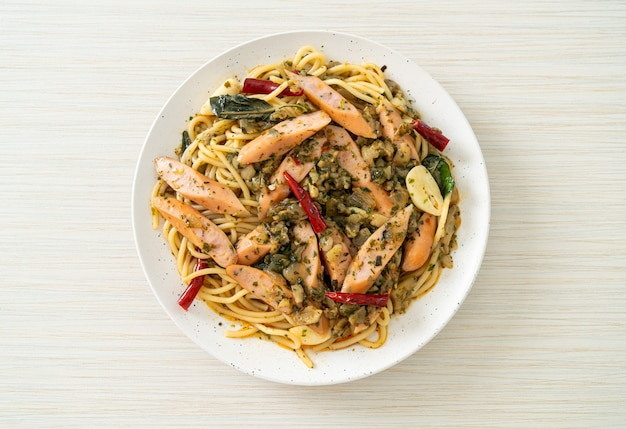 마늘과 소시지를 곁들인 수제 스파게티