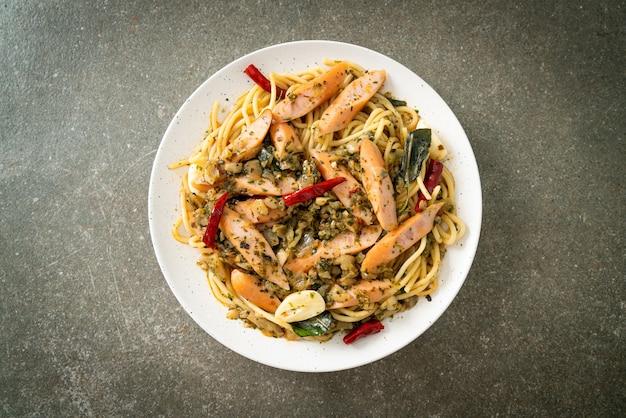 にんにくとソーセージの自家製スパゲッティ