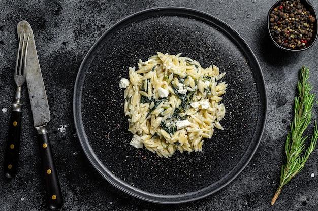 접시에 직접 만든 시금치 orzo 파스타