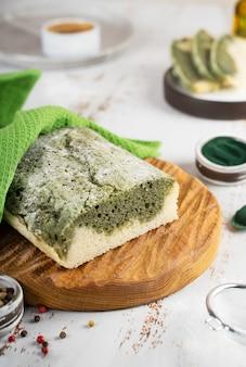 글루텐 프리 쌀과 아마 가루 슈퍼푸드 컨셉의 웰빙으로 만든 홈메이드 스피루리나 빵