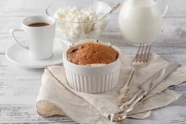 乾燥したクランベリーと一杯のコーヒーと自家製スポンジケーキ。スポンジケーキにセレクティブフォーカス