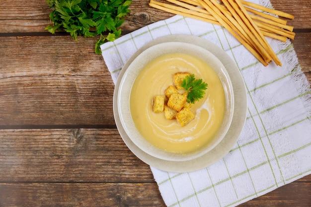 クルトンとイタリアパンのスティック入り自家製スカッシュクリーミースープ
