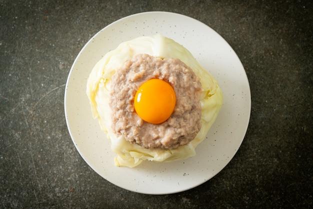 自家製蒸しキャベツ詰め豚肉と卵黄