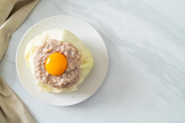 Домашняя тушеная капуста, фаршированная свининой фарш и яичный желток