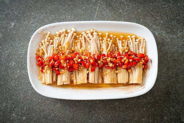 수제 찐 황금 바늘 버섯 또는 간장, 고추, 마늘을 곁들인 에노키타케