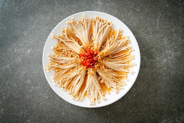 Домашний тушеный гриб с золотой иглой или энокитаке с соевым соусом, перцем чили и чесноком