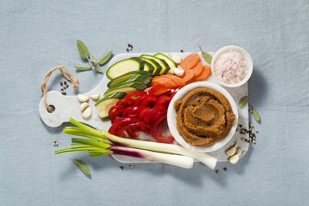 Домашний бульон в бульонном кубе со свежими овощами.