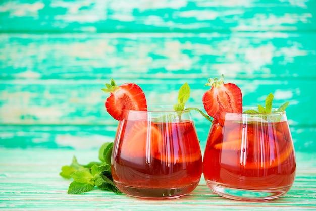 소박한 배경에 홈메이드 딸기 레모네이드, 상쾌한 여름 음료, 선택적 초점, 복사 공간