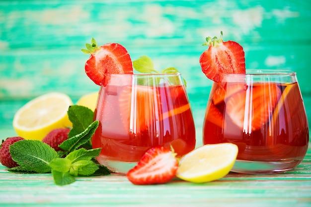 소박한 배경에 홈메이드 딸기 레모네이드, 상쾌한 여름 음료, 선별적인 집중