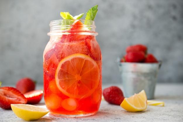 瓶の中の氷と自家製ストロベリーレモネード、夏の冷たいカクテル、セレクティブフォーカス、クローズアップ