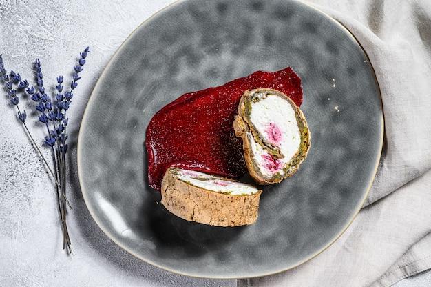 Домашний клубничный песочный рулет со сливочным сыром