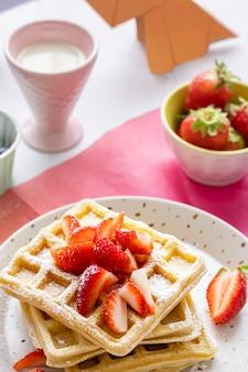 子供向けの自家製ストロベリーワッフル朝食