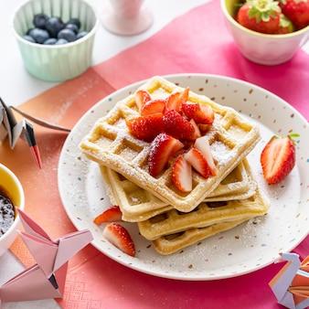 Colazione fatta in casa con waffle alla fragola, per bambini