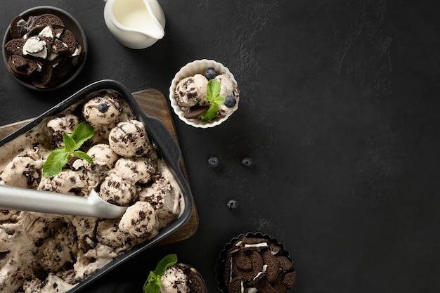 容器にクッキーが入った自家製シュガーフリークリーミーアイスクリーム