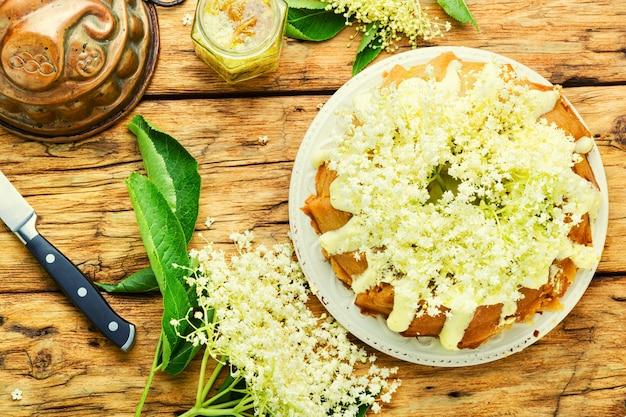 엘더 플라워로 장식된 수제 여름 케이크.
