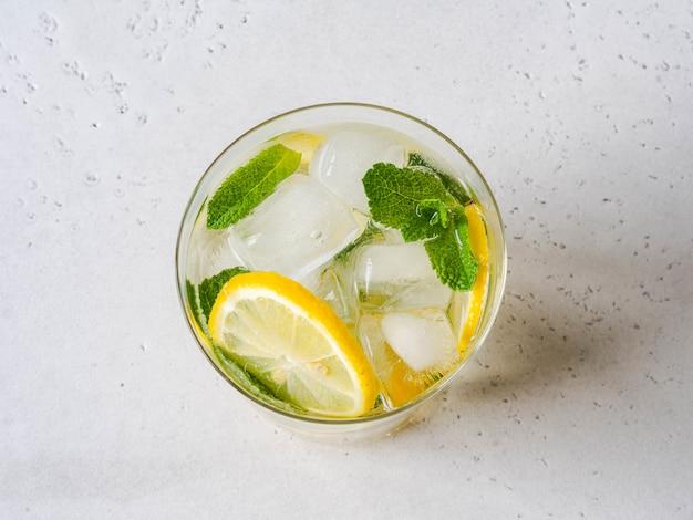 ガラスの氷と自家製夏の柑橘類のレモネード
